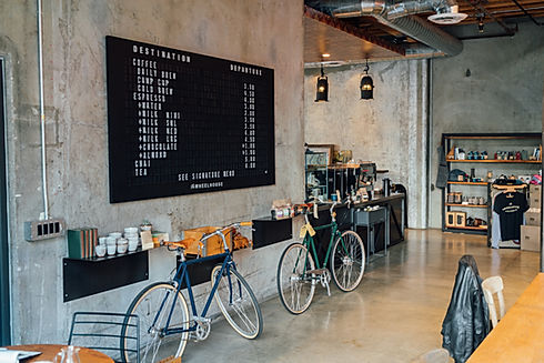 imagem de um café com bicicletas na página de vendas do curso online sobre branding ou gestão de marcas