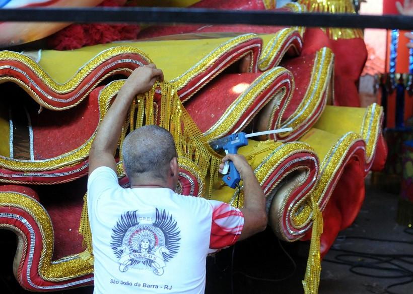 Fase final dos trabalhos nas escolas de samba em SJB