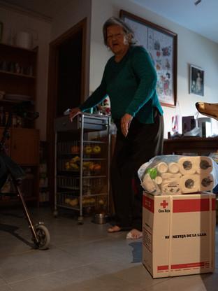 Teresa recogiendo el kit de limpieza del hogar entregado por Cruz Roja