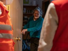 Teresa abriendo la puerta a Núria y Éric