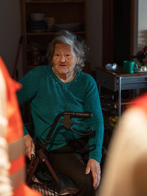 Teresa hablando con los voluntarios de Cruz Roja Sant Cugat