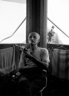 'Papá fumando pipa en el balcón de la Yaya'