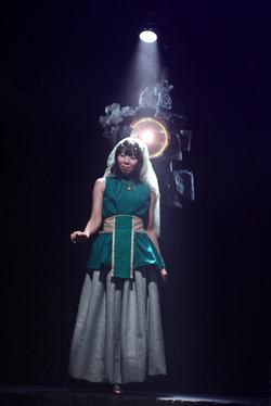 魔導器を起動させる王妃