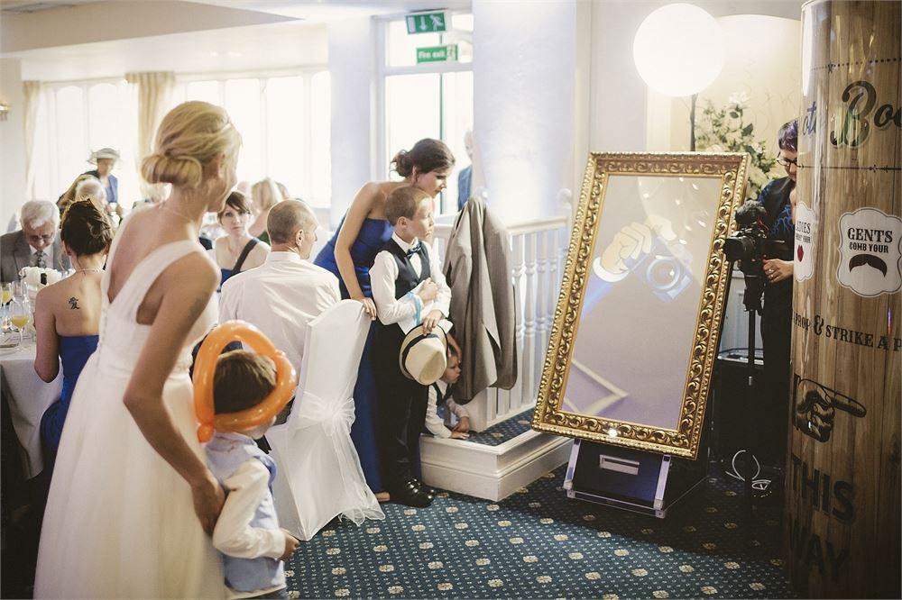 MIRROR BOOTH WEDDING