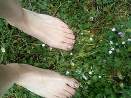 Marcher pieds nus dans l'herbe (article)
