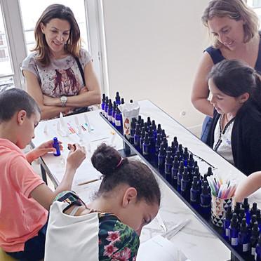 Des ateliers de création de parfums en famille : enfants parents
