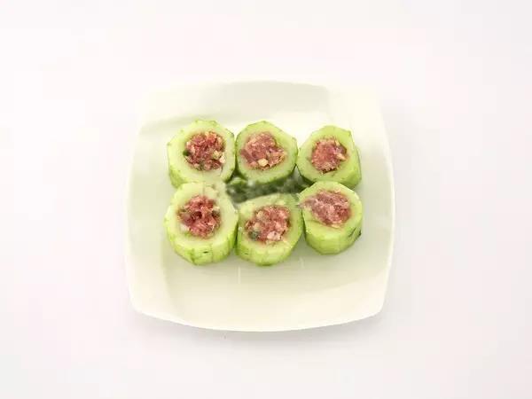 步骤7:将黄瓜放入蒸锅中,蒸熟即可。