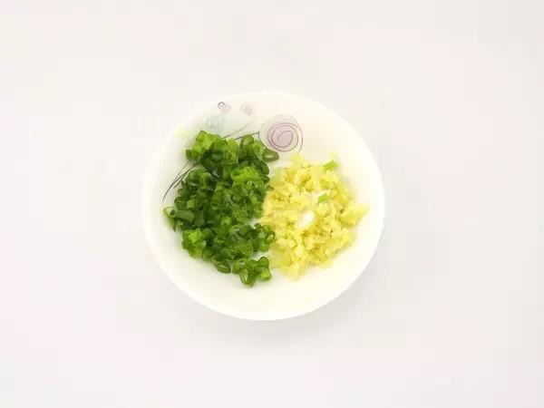 步骤3:姜切成姜末,葱洗干净,切成葱末。