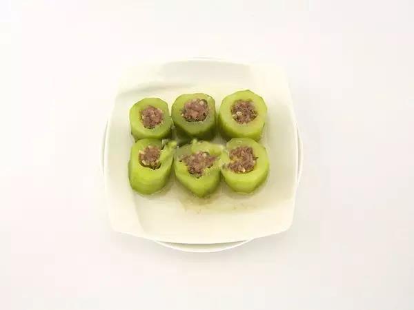 步骤6:将肉末填入黄瓜中。