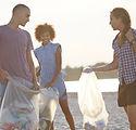 Volontari che raccolgono rifiuti sulla s