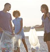 Volontaires ramassant des ordures sur la
