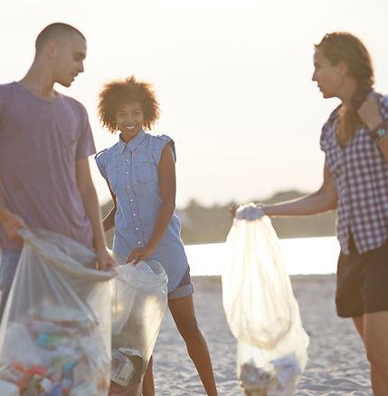 Voluntarios recogiendo basura en la play