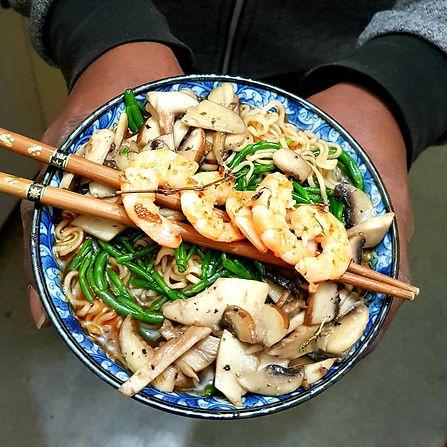 Bol de nouilles asiatiques et condiments