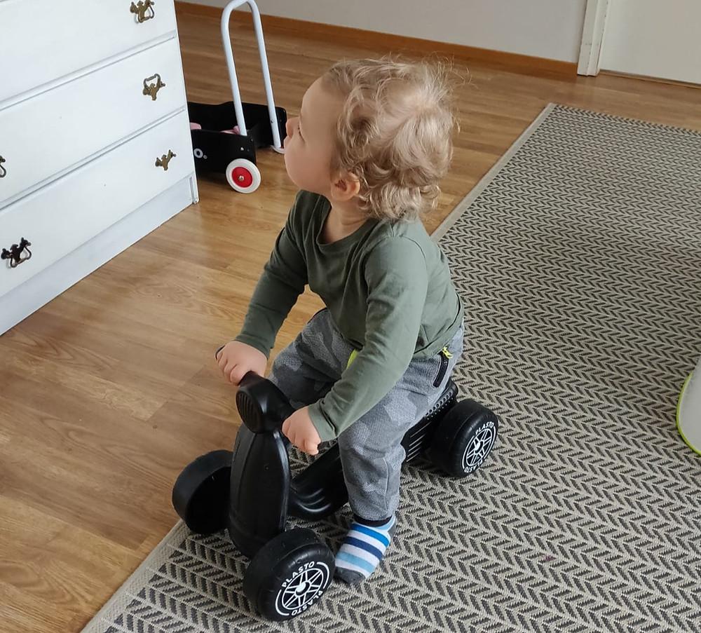 Reilu vuotias poikani kruisailee potkumopolla