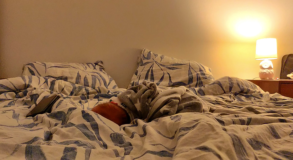 Kuukauden vanha tyttäreni nukkuu rauhassa sängyllä