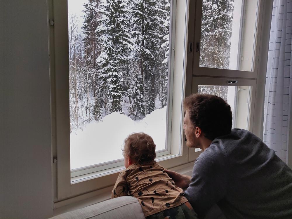 Minä ja poikani katselle ikkunasta