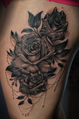 thigh-tattoo-roses-beads-Tattoo-Hannya-J
