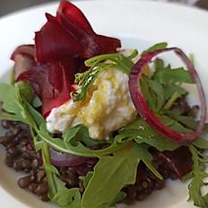 Salade de lentille, betterave, jeunes pousses et brousse de chèvre