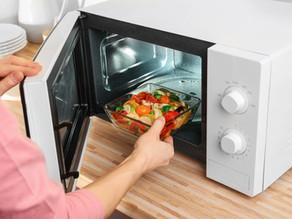 Scaldare o cuocere il cibo nel microonde è pericoloso?