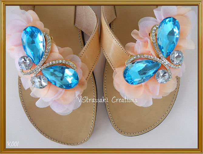Χειροποίητα δερμάτινα σανδάλια με 2 γαλάζιες πεταλούδες και σομόν λουλούδια
