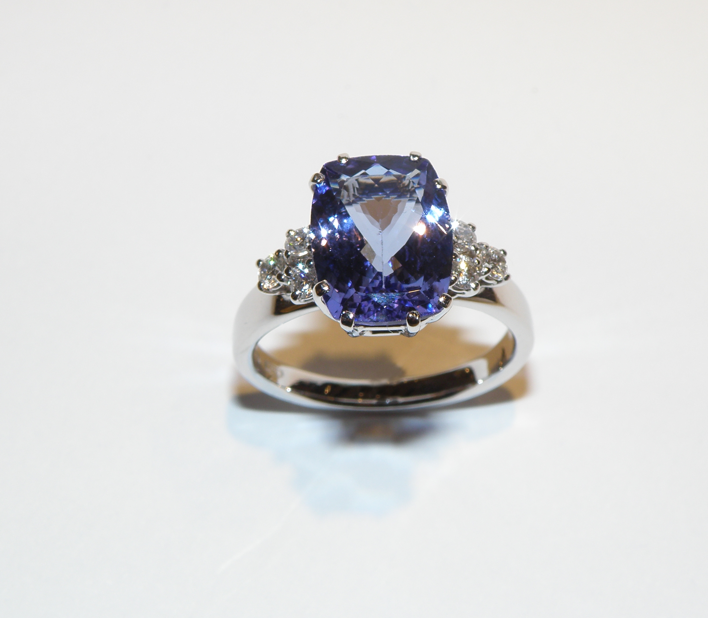 Anello con Tanzanite e Diamanti