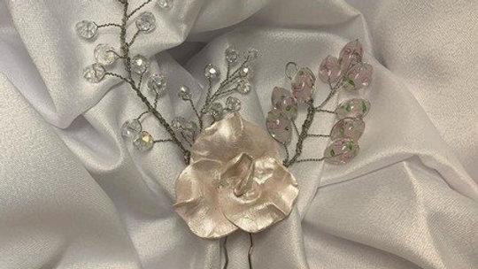 Pin / Head band em Orquídea de Porcelana fria com pedrarias estilizad