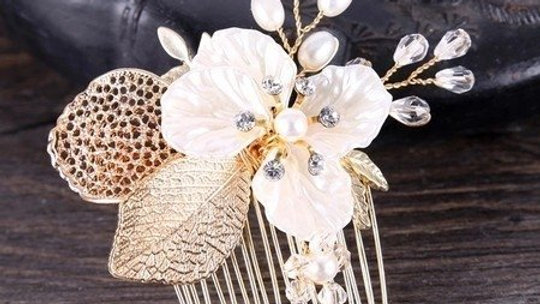 Pente Safira - Dourado e com Pérolas em Porcelana Fria