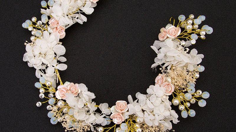 Coroa de Flores estilo Boho com flores e pedraria