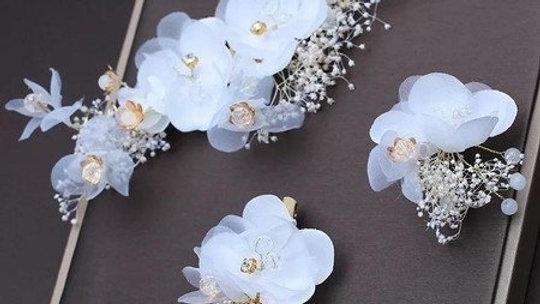 Conjunto com flores brancas de organza de seda e flores secas
