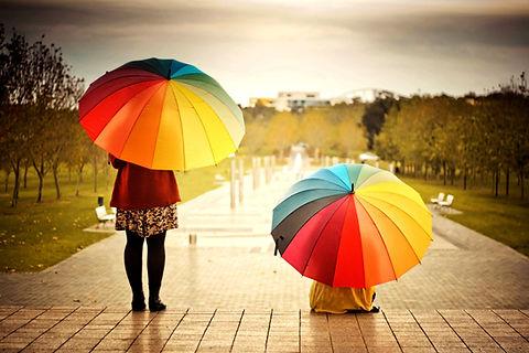 gente con paraguas
