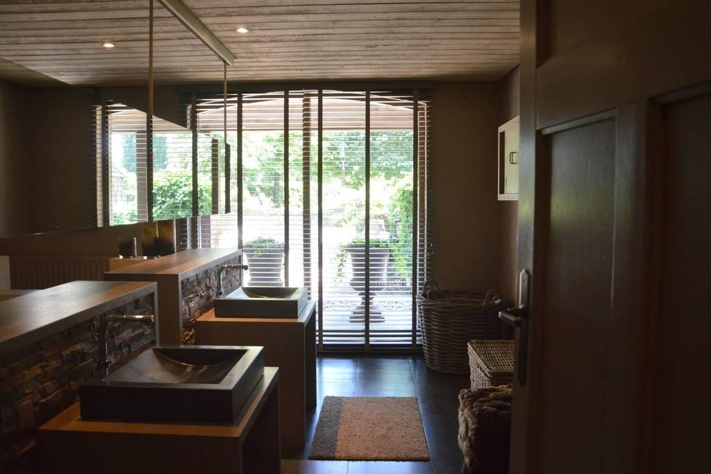 Bad 1, Waschbecken, Fenster