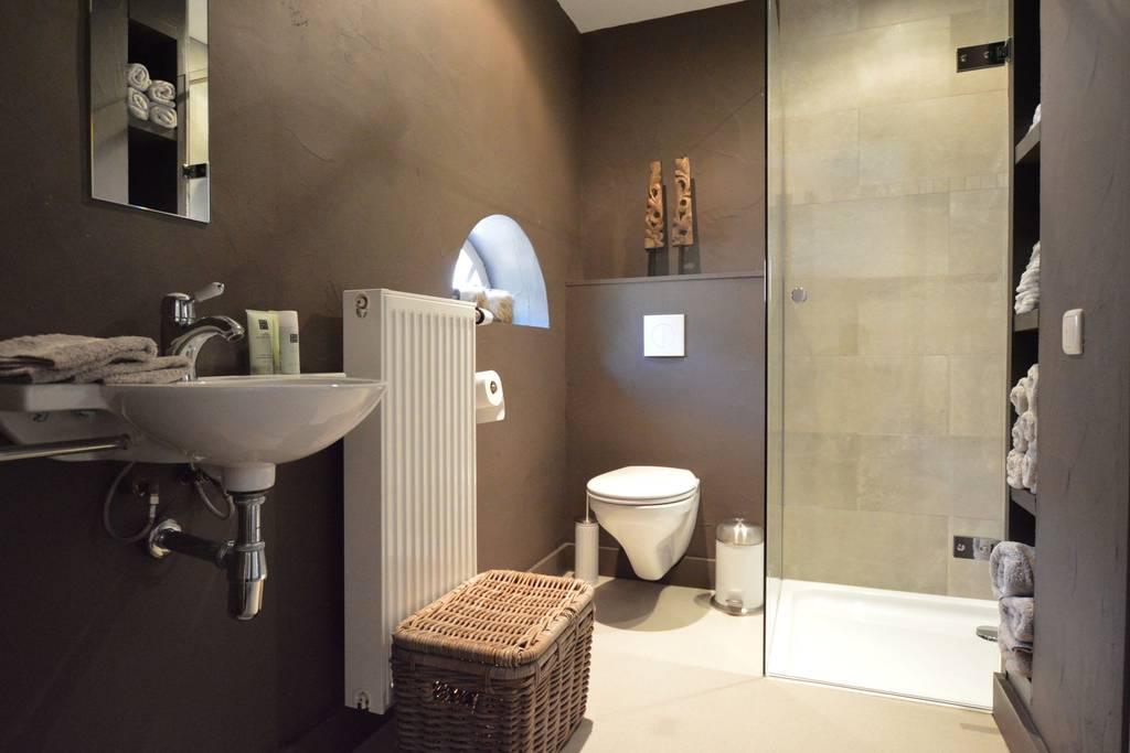 Bad 2, Waschbecken, Dusche, Toilette