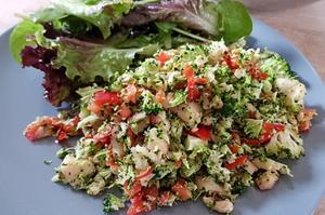 Fruchtiger Brokkoli-Paprika-Apfel-Salat