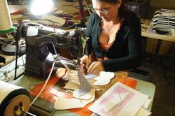 アッパーの縫製作業