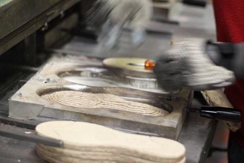 鋳型に入れて熱圧着する工程