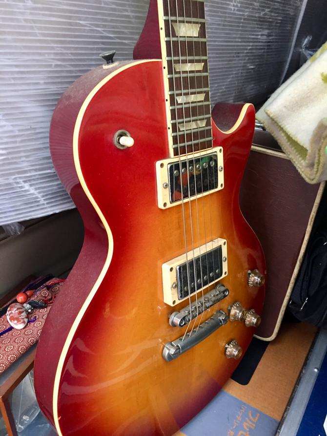 足立区のお客様から、エレキギター、アコースティックギター、サックス、音響機器、コレクションの鉄道切符、双眼鏡やダイビング器材等いろいらなお品物をお買取させていただきました。