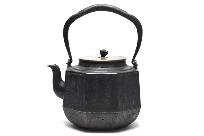 中央区日本橋のお客様から、龍文堂の鉄瓶や銀瓶等のお茶道具をお買取させていただきました。