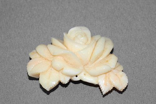 白珊瑚薔薇彫刻アンティーク帯留(台座:洋銀)