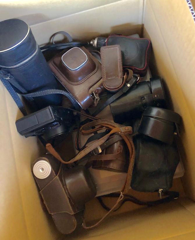 埼玉県所沢市のお客様から、古いフイルムカメラ、九谷焼の花瓶、油絵の道具、書道具、茶箪笥等をお買取させていただきました。