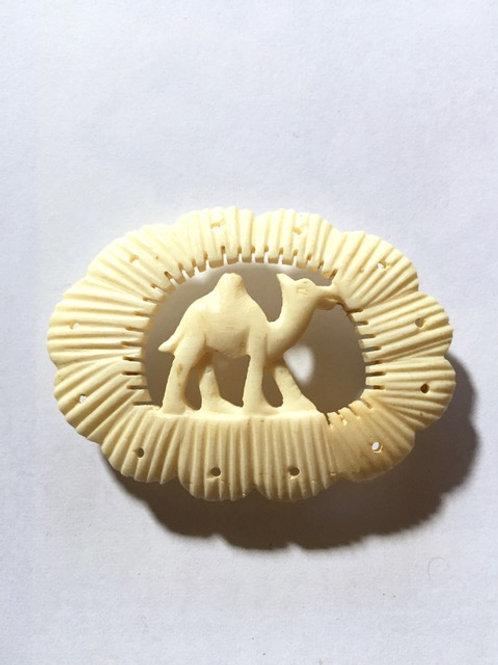 本象牙駱駝彫刻アンティーク帯留