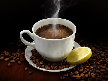 Многие люди предпочитают чай с лимоном. А вот сочетание лимона и кофе встречается значительно реже