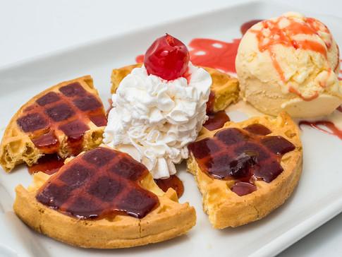 Waffle com sorvete, chantili e cereja