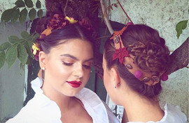 Dirndl-Accessoire & Hairstyling