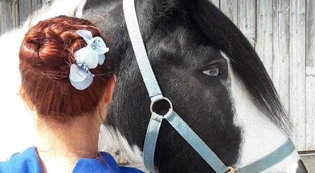 Haarschmuck mit Blüten und Perlen