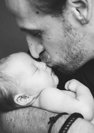 ein stolzer Papa und seine kleine Tochter