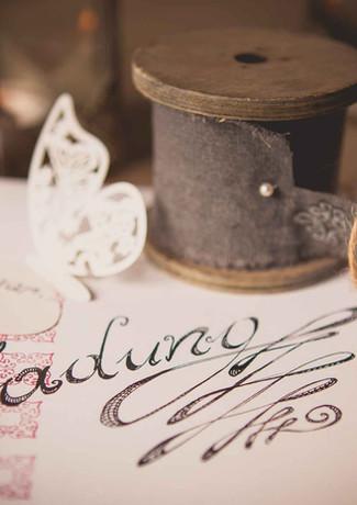 Handgemachte Hochzeitseinladung mit Kalligraphie