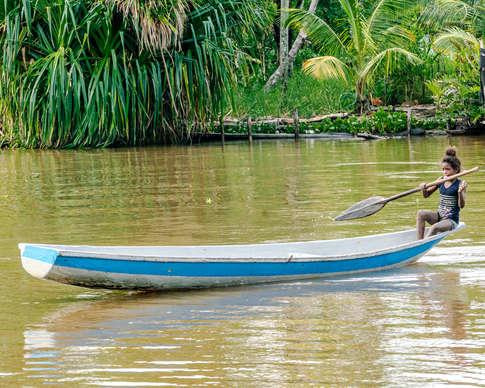 Jeune seule sur son bateau