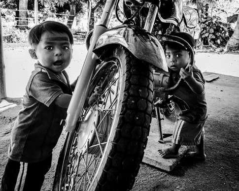 Les jumeaux et la moto