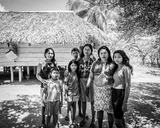 La famille devant leur maison