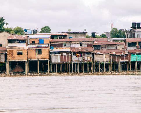 Maisons sur pilotis au bord du rio Atrato